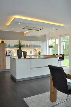 Idée relooking cuisine  cuisine en noir avec ilot blanc et faux plafond carré en lumière jaune avec pl