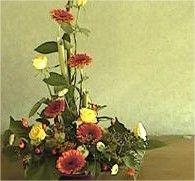 bloemschikken met snijbloemen herfst rozen gerbera bloemstuk maken herfstsfeer in huis halen met bloemen Gerbera, Centerpiece, Design, Centerpieces, Design Comics