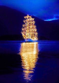 Reflection Pictures, Nature Pictures, Cool Pictures, Beautiful Pictures, Old Sailing Ships, Ghost Ship, Fantasy Paintings, Sea And Ocean, Fantasy Landscape