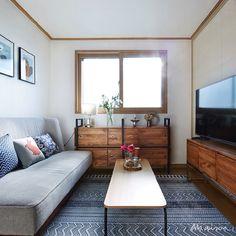 """""""공간 크기에 알맞게 손수 제작한 TV장과 수납장을 배치한 거실. 아늑한 느낌이 드네요. Living room of the cozy atmosphere. #메종#인테리어#집#maison#interior#home #house#room#furniture#cozy"""""""