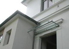 Abgehängtes Vordach aus verzinktem Stahl und Sicherheitsglas
