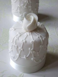 mini wedding cakes M - weddingcakes Gorgeous Cakes, Pretty Cakes, Cute Cakes, Amazing Cakes, Mini Wedding Cakes, Wedding Cupcakes, Mini Tortillas, Fancy Cakes, Mini Cakes