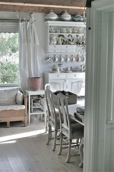 Adoring these open shelves & vintage kitchen wonderfulness. So lovely and quaint. /ES