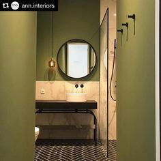 Maavärit tuovat lämpöä näin talvella vaikka ulkona maa on jäässä. @ann.interiors  #kylpyhuone  #wc #peili Decor, Interior, Farrowandball, Bathroom Mirror, Round Mirror Bathroom, Bathroom, Renovations, Bathroom Design, Mirror