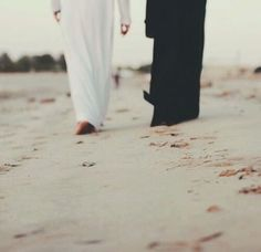 We Wish to Convey the Beauty of Marriage in Islam by Posting Helpful Tips and Advice. We Hope that Allah Will Put Barakah in this Project. Couples Musulmans, Cute Muslim Couples, Couples In Love, Romantic Couples, Romantic Weddings, Muslim Couple Photography, Wedding Photography Poses, Muslim Brides, Muslim Women