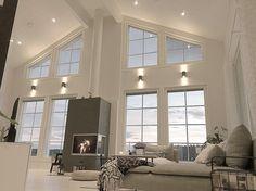 Suuret ikkunat ja tilan korkeus tekevät olohuoneesta miellyttävän avaran ja valoisan. Tyylikkäät seinävalaisimet pitävät huolen tunnelmasta myös iltahämärän tullen.