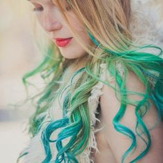 DIY turquoise ombre hair dye for blonde curlly hair girls -Creative blue green ombre hair dye