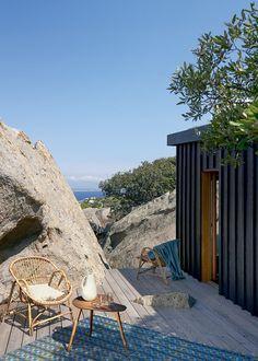 La designer et architecte Marie Thurnauer nous fait visiter sa maison de vacances, dissimulée dans le paysage escarpé de la Corse. Composée de plusieurs cabanons, la maison fait face à la mer de presque tous les côtés et est bordée par des petites terrasses sur pilotis qui s'intègrent parfaitement dans la nature.