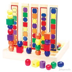 Ebben+a+gyöngyfűző+játékban+a+feladatlapokon+látható+sorrendnek+megfelelően+kell+a+gyöngyöket+a+pálcikákra+fűzni.+Segít+a+szem-kéz+koordináció,+a+soralkotás,+a+színtanulá...
