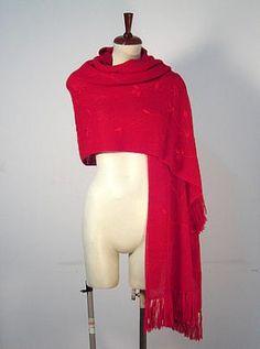 Ein extra großer roter #Schal mit gesticktem Blumen Muster. Gestrickt aus einer der besten Wollarten der Welt, #Alpakawolle. Ein wunderschöner eleganter Schal, das passende Accessoire für graue Tage.