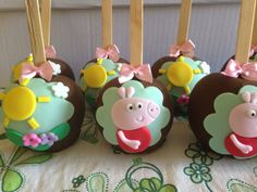 Peppa the Pig Cake Pops Cake Pops, Caramel Candy, Caramel Apples, Bolo Da Peppa Pig, Peppa E George, No Bake Truffles, Pig Candy, Gourmet Apples, Making Fondant