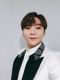 He looks great Jeonghan, Wonwoo, Hoshi, Hip Hop, Vernon Hansol, Boo Seungkwan, Solo Photo, Joshua Hong, Adore U
