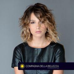 Un movimiento libre, tranquilizador y temerario, perfecto para una noche especial en compañía!  Tus looks siempre en Salones Compagnia della Bellezza.  #BeYouTiful  ¡Busca el tuyo!http://bit.ly/SalonesCDB
