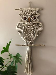 Macrame Owl Beige Wallhanging / Modern Decoration by RoseliensMacrame on Etsy - Diy and crafts interests Macrame Owl, Macrame Knots, Micro Macrame, Macrame Modern, Macrame Wall Hanging Diy, Macrame Plant Hangers, Owl Crochet Patterns, Macrame Patterns, Etsy Fabric