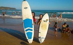 1. Surf (Búzios) Surf é um esporte perfeito para o Verão! É refrescante e desafiador. Não dá para praticar em qualquer praia e em qualquer dia. É preciso ficar ligada nas ondas para escolher o melhor pico (lugar onde tem mais ondas). Para começar, é sempre bom procurar uma praia mais sossegada, onde as ondas não sejam tão grandes. Ah! Para iniciantes, escolinhas de surf também são ótimas pedidas! ;)