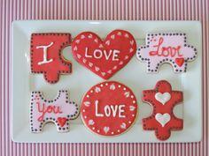 Biscoitos decorados artesanalmente com glacê real para o Dia dos Namorados.