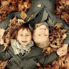 Fall Family Portraits, Family Portrait Poses, Family Picture Poses, Family Picture Outfits, Fall Family Photos, Family Posing, Sibling Photography, Children Photography, Photography Ideas Kids