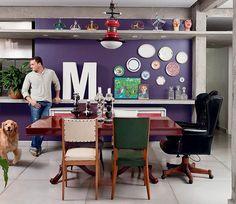 Sobre a parede roxa surge o patchwork de memórias do morador, o designer de joias Gervásio Milaneze. Os pratos antigos, dados por uma amiga, compõem a cena ao lado de peças de lata do artesão Milton Cruz e da letra M, que fazia parte de letreiro de loja