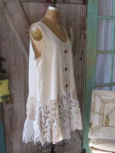 I like it because I have some pretty old but comfortable sleeveless tops that could use a update like this. Or take an old cotton summer dress and cut it and add doilies or hankies to the bottom Moda Vintage, Vintage Lace, Upcycled Vintage, Diy Clothing, Sewing Clothes, Altered Couture, Altering Clothes, Linens And Lace, Cycling Outfit