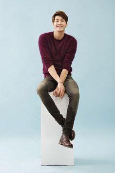 金英光,酒红色马海毛毛衣+灰色牛仔裤+棕色系带短靴-Hi潮-明星衣橱、潮流、韩版、欧美、穿着、搭配、配饰- 轻时尚 潮生活
