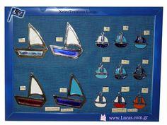 Μεταλλικά καράβια σε διάφορα μεγέθη με σμάλτο σε λευκό και αποχρώσεις του μπλε που θυμίζουν Ελλάδα, αλλά και σε πιο μοντέρνα χρώματα! Τα προϊόντα στην φωτογραφία είναι ελληνικής παραγωγής! Metal boat - charms with enamel in many colors made in Greece! Us Shop, Souvenir