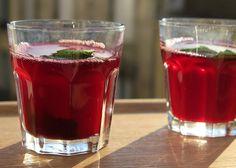 Verres de jus de bissap, ou hibiscus rouge