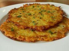 Oškrábané brambory nastrouháme a okamžitě zalijeme horkým mlékem. Přidáme česnek, koření, vejce a mouku. Nakonec vmícháme nasekané škvarky.Těsto... Home Recipes, Vegan Recipes, Czech Recipes, Food 52, Quiche, Food And Drink, Pizza, Treats, Cheese