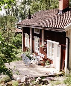 Une jolie maison scandinave fraîche et acidulée traditional scandinavian house garden - I could be very happy there (the house and the country) Style Cottage, Swedish Cottage, Red Cottage, Swedish House, Cottage Homes, Cottage Patio, Summer Cabins, Porch Makeover, Cabins And Cottages