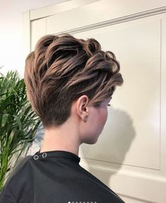 Betoverende A-Symetrische Kapsels! - Korte Kapsels - Betoverende A-Symetrische Kapsels! Short Grey Hair, Short Hair Cuts For Women, Shot Hair Styles, Curly Hair Styles, Androgynous Hair, Haircut And Color, Grunge Hair, Pixie Haircut, Hair Dos