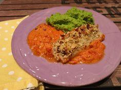Low Carb Rezepte von Happy Carb: Ofenfisch mit Nusskruste im Paprikabett und Erbsenpüree - Farbexplosion auf dem Teller.