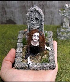 So creepy - puppenstube - halloween art Casa Halloween, Halloween Fairy, Halloween Projects, Haunted Dollhouse, Haunted Dolls, Dollhouse Ideas, Halloween Village Display, Halloween Decorations, Manualidades Halloween
