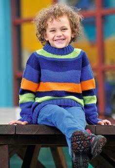 Den strikkede drengesweater er dejlig nem at trække over hovedet, før man spurter ud af døren