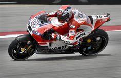 Espectacular última vuelta de Márquez para marcar el mejor tiempo +http://brml.co/1D9GAvJ