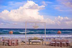 Montaje vintage en playa, mesa de honor