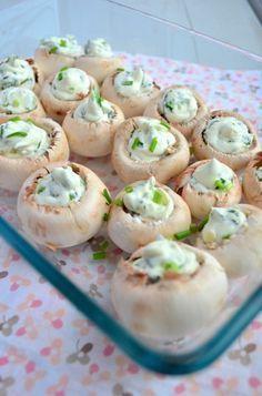 Een super lekker en simpel borrelhapje, gevulde champignons met roomkaas uit de oven. (light roomkaas van AH voor minder kh)