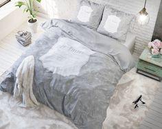 Het dekbedovertrek 'Mon Amour' van Sleeptime heeft als basis een lichtgrijze achtergrond met daarop een wit sierlijk bloemenpatroon. De bloemen zijn allemaal in lijnen getekend en niet ingekleurd waardoor het simpel maar mooi is.
