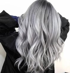 A little silver for your Saturday. How stunning is this rooty silver colored by @sammiiwang ? This look gives us life!
