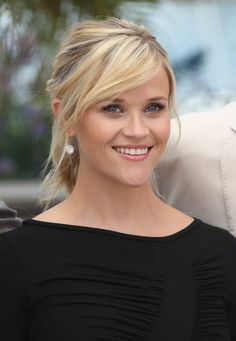 This is a really cute hairstyle in which Reese Witherspoon sports side-swept bangs and a sporty ponytail. Not only does this style seem youthful and playful but you can wear your hair like this on many occasions. Blonde Side Bangs, Cut Side Bangs, Side Swept Bangs, Side Bangs Hairstyles, Hairstyles With Bangs, Pretty Hairstyles, Bangs Updo, Bangs With Ponytail, Sporty Ponytail