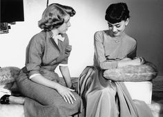 Singer/actress Rosemary Clooney with Audrey Hepburn, Paramount Studios, photo by Bob Willoughby, 1953 Golden Age Of Hollywood, Vintage Hollywood, Classic Hollywood, Hollywood Glamour, Audrey Hepburn Born, Rosemary Clooney, Classy Women, Role Models, Movie Stars