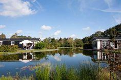 Aan de voet van de Holterberg, op een unieke locatie vlakbij de A1 en midden in de prachtige natuur van Twente ligt Buitenplaats Holten. Dit nieuwe, ruim opgezette vakantiepark is zeer geschikt voor natuurliefhebbers die houden van rust en ruimte. Geniet van een korte of lange vakantie in dit sfeervolle, kleinschalige park met diverse waterpartijen en begroeiing.