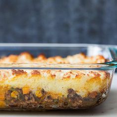 Favorite shepherd's pie recipe, a classic casserole of Britain and Ireland done American-style. Cook ground beef and savory vegetables, top with mashed potatoes, and bake to perfection. Easy Pie Recipes, Simply Recipes, Beef Recipes, Cooking Recipes, Yummy Recipes, Drinks Tumblr, Ground Beef Casserole, Bon Appetit, Pie