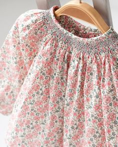 Bonpoint Looks like Liberty Of London fabric Little Fashionista, Toddler Dress, Baby Dress, Punto Smok, Kids Outfits, Cute Outfits, Smocks, Heirloom Sewing, Fashion Moda