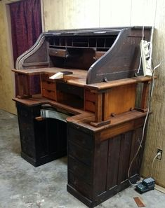 Woodworking Bench Charming and functional! What a clever and artistic bench.really one of the coolest ones I've ever seen. Workbench Plans Diy, Building A Workbench, Workbench Designs, Garage Workbench, Woodworking Patterns, Woodworking Bench, Jewelers Workbench, Build Your Own Garage, Workshop Bench