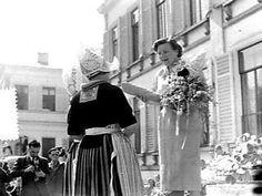 Koningin Juliana krijgt van een Volendamse dame een pop in Volendammer klederdra…