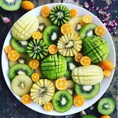 Kiwi fruits and , kumquats, . Healthy Fruits, Healthy Drinks, Fruit Recipes, Healthy Recipes, Vodka Recipes, Cocktail Recipes, Fruit Presentation, Effective Presentation, Fruit Buffet