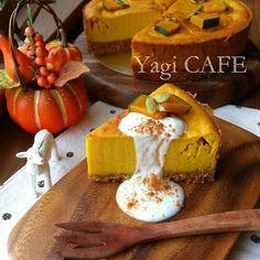 旬のかぼちゃをチーズケーキにすると絶品すぎる秋スイーツになります。材料を混ぜて焼くだけなので面倒な工程は一切ありません。生の固いかぼちゃと格闘する必要なしの手間なし楽ちん下ごしらえ方法も合わせてご紹介します。濃厚かぼちゃチーズケーキで秋を楽しみましょう。 Sushi Recipes, Sweets Recipes, Cake Recipes, Asian Desserts, Easy Desserts, Delicious Desserts, Homemade Sweets, Food Crush, Cafe Food
