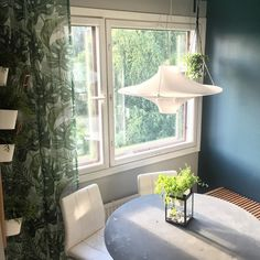 Almost there  Kaikki ikkunat ovat remontin jäljiltä maalikerroksen peitossa. Nyt päätin aloittaa urakan keittiön ikkunoista ja kaavin ikkuna-aukkoa esiin maalin alta. Maalinpoistovinkki: maali lähtee siklillä mutta helpoiten se onnistuu kostutetulla pinnalla. Suihkuta maalitahrat ensin siis kosteaksi ja siklaa vasta sitten  . #remontti #renovation #newhome #uusikoti #koti #myhome #sisustus #interior #inredningsinspo #inredning #interiors #sisustusinspiraatio #kitchen #keittiö #instahome…