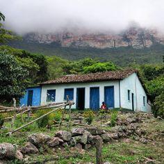 La petite maison dans la vallée// #brésil #brazil #brasil #mountains #montagne #summer #bahia #chapadadiamantina #chapada #valedocapao #house #maison #tinyhouse #nuages #clouds #fog #foggy #brumeux #brouillard #nationalpark #green #nature #awesome #parcnatinal #photography #canon #photography