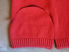 posted about making old sweaters into hats and mittens and donating them to needy children - how cool of an idea is that! Sweater Mittens, Old Sweater, Sewing Hacks, Sewing Crafts, Sewing Projects, Alter Pullover, Diy Vetement, Recycled Sweaters, Creation Couture