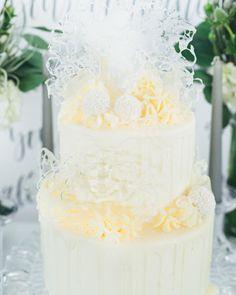 #mundushannover #handmade #fineartbakery #weddingcake #delicious #cake #hanover #hannover #weddinginspiration #flowers #love #instabakery #wedding #winter #winterwedding #foodporno #yummi Fotos: @martinwehrmann Blumen: @milles_fleurs_ Blog: @friedatheres Candy Bar: @mundushannover